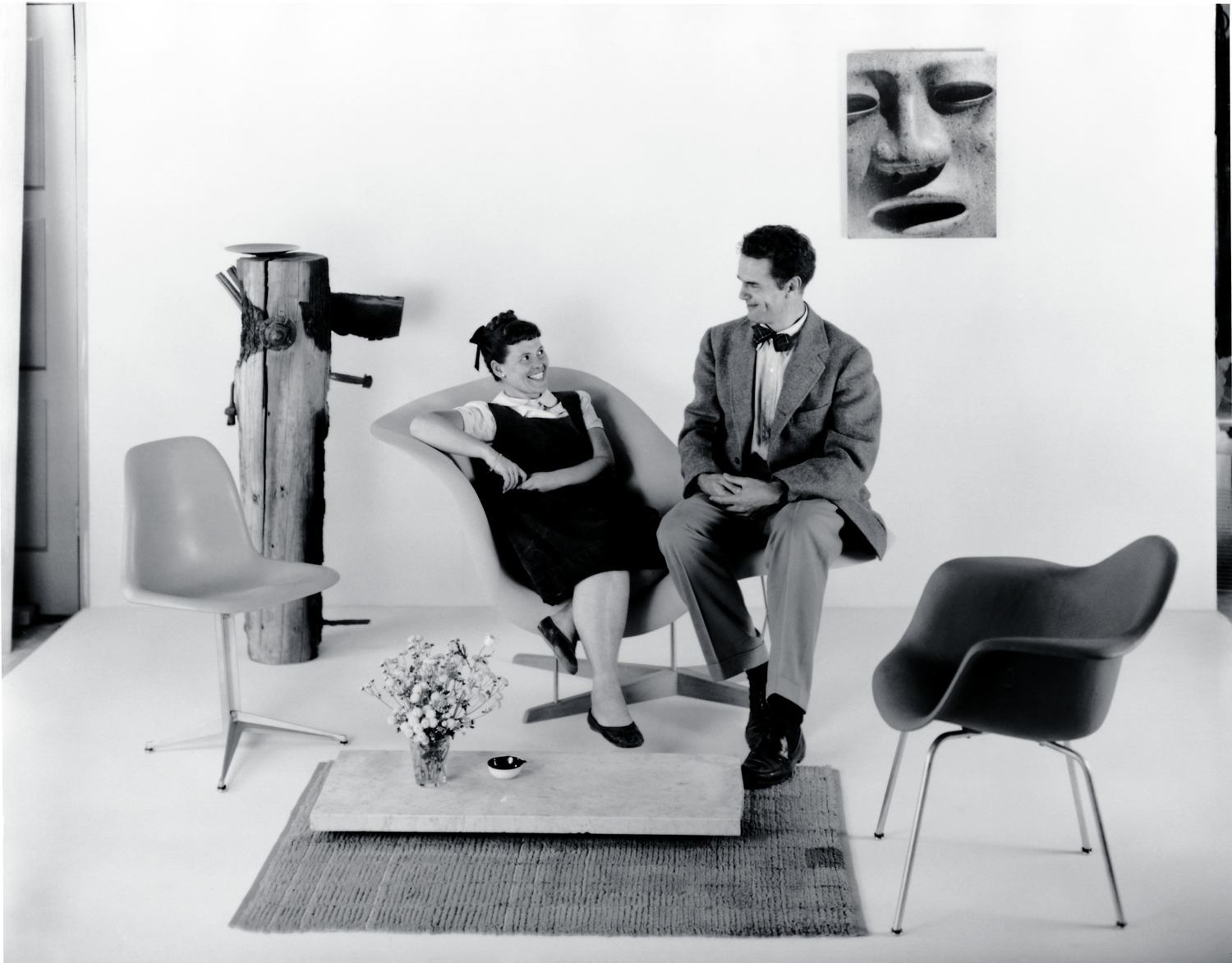 zwischenbild-charles-ray-eames-la-chaise-plastic-chairs-vitra